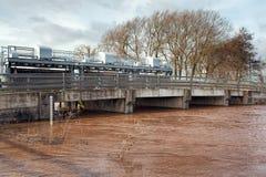Öffnen Sie Schleusentoren auf Straßen-Brücke Geschwollener Fluss im Überschwemmungsgebiet Lizenzfreie Stockfotografie