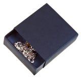 Öffnen Sie schwarze Geschenkbox mit goldenem chainlet Lizenzfreie Stockfotos