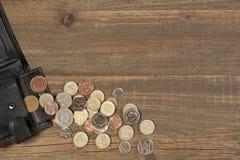 Öffnen Sie schwarze männliche schwarze lederne Geldbörse mit britischer unterschiedlicher Münze Lizenzfreie Stockfotografie