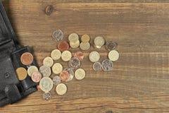 Öffnen Sie schwarze männliche schwarze lederne Geldbörse mit britischer unterschiedlicher Münze Stockbilder