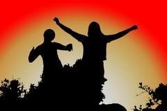 Öffnen Sie seine Arme, Frauenschattenbild bei Sonnenuntergang stockfotografie