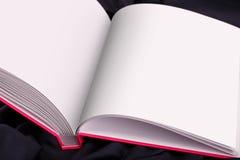 Öffnen Sie Seite des Buches mit Leerseite Stockbild
