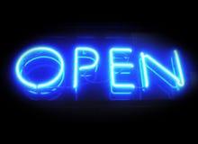?Öffnen Sie sich? für Geschäftsneonzeichen nachts Stockfotografie