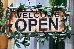 Öffnen Sie sich und Willkommensschild Lizenzfreies Stockfoto