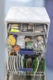 Öffnen Sie Spülmaschine mit sauberem Glas und Tellern, der selektive Fokus, der nachdem Sie in der Spülmaschine sauber ist, sich  Lizenzfreie Stockbilder