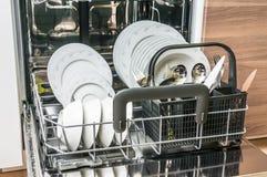 Öffnen Sie Spülmaschine mit sauberen Tellern, nachdem Sie Prozess gesäubert haben Stockfotos