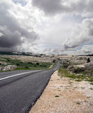 Öffnen Sie Straße und stürmische Wolken Stockbild