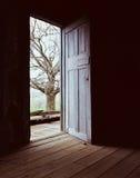 Öffnen Sie Tür-Dunkelheit, um zu beleuchten Stockbild