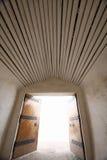 Öffnen Sie Tür mit Leuchte Stockbilder