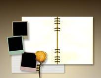 Öffnen Sie Tagebuch- oder Fotoalbum mit Weinleseaugenblickfotos Lizenzfreies Stockbild