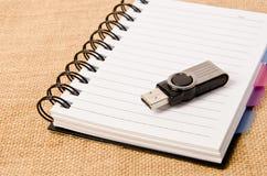 Öffnen Sie Tagebuchringmappe und blitzen Sie Antrieb Stockfoto