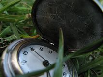 Öffnen Sie Taschen-Uhr für Damen im Gras Lizenzfreie Stockbilder