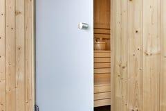 Öffnen Sie teils Glastüren, um Sauna zu beenden Lizenzfreies Stockfoto