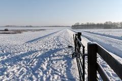 Öffnen Sie Tor in einer schneebedeckten Winterlandschaft Stockfotos