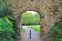 Öffnen Sie Tor zum Park in der Steinwand des mittelalterlichen Verteidigungswalls Die hungrige Wand auf dem Petrin-Hügel Lizenzfreie Stockfotos