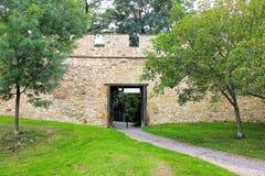 Öffnen Sie Tor zum Park in der Steinwand des mittelalterlichen Verteidigungswalls Die hungrige Wand auf dem Petrin-Hügel Lizenzfreies Stockbild