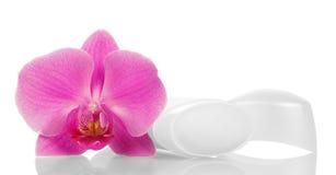 Öffnen Sie trockenes desodorierendes Mittel für Underarms und die lokalisierte Orchideenblume Lizenzfreies Stockbild