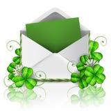 Öffnen Sie Umschlag mit Grünbuch- und Blattklee für St- Patrick` s Tag Stockbild