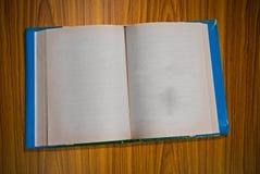 Öffnen Sie unbelegtes Buch auf hölzernem Stockbilder