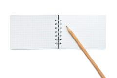 Öffnen Sie unbelegtes Notizbuch und einen gelben Bleistift Stockbild