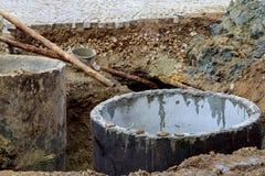 Öffnen Sie ungesichertes Abwasserkanaleinsteigeloch in der Straße Lizenzfreie Stockbilder
