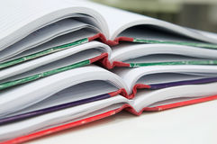 Öffnen Sie von vielen Berichtsbuch auf Schreibtisch stockbild
