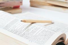 Öffnen Sie Wörterbuch mit Bleistift Lizenzfreie Stockbilder