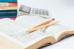 Öffnen Sie Wörterbuch mit Bleistift Stockbilder