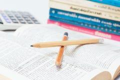 Öffnen Sie Wörterbuch mit Bleistift Stockfotos