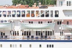 Öffnen Sie weiße Rettungsboote auf Kreuzschiff Stockfoto