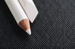 Öffnen Sie weißen Bleistift für französische Maniküre auf einem schwarzen strukturierten backgr Stockfotografie