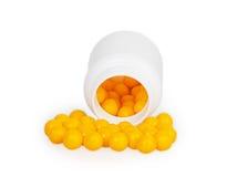 Öffnen Sie weißen medizinischen Plastikbehälter mit runden gelben Pillen Stockfoto