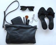 Öffnen Sie weibliche Tasche mit Sonnenbrille und Schuhen Stockbilder