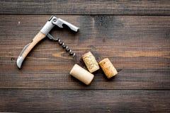 Öffnen Sie Weinflasche Korken und Korkenzieher auf dunklem hölzernem copyspace Draufsicht des Hintergrundes stockfotografie