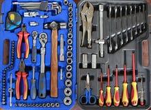 Öffnen Sie Werkzeugkasten mit verschiedenen Instrumenten Stellen Sie Werkzeuge in einem Kasten ein Stockfotos