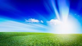 Öffnen Sie Wiesenlandschaft und -himmel Des im Freien natürlicher Hintergrund Grases Stockbild