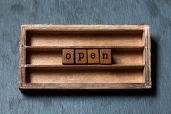 Öffnen Sie willkommenen abstrakten Begriff Weinlesekasten, hölzerne Würfel mit im altem Stil Buchstaben Strukturierter Hintergrun stockfotografie