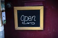 Öffnen Sie Zeichen auf dem Shop in Brügge, Belgien Stockbild
