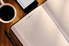 Öffnen Sie Zeitschrift oder Tagebuch mit einem Becher Kaffee Lizenzfreies Stockbild