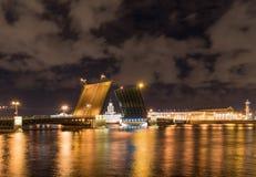 Öffnen Sie Zugbrücke nachts in St Petersburg Russland Lizenzfreies Stockbild