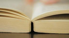 Öffnen und schließend altes Buch in der Bibliothek stock video