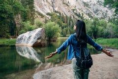Öffnende Arme der Freiheitsfrau, die Natur umarmen lizenzfreie stockfotos