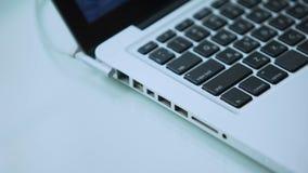 Öffnender Laptop und Schreiben auf Tastatur, Personal-Computergebrauch im Büro oder Haus stock video footage