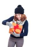 Öffnendes Geschenk der glücklichen Frau Stockfoto