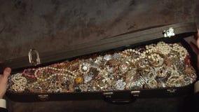 Öffnet einen alten Koffer mit Schätzen schmucksachen verborgener Schatz stock footage