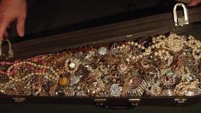 Öffnet einen alten Koffer mit Schätzen schmucksachen verborgener Schatz stock video