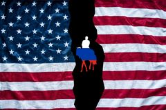 Öffnung der amerikanischen Flagge, zum von Russland-Flagge zu zeigen lizenzfreies stockfoto