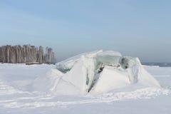 Öffnung des Eises auf dem Fluss Lizenzfreie Stockfotografie