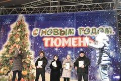 Öffnung des Weihnachtsbaums in der Mitte von Tyumen Stockfotos
