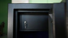 Öffnung einer Tür des Safes stock video footage